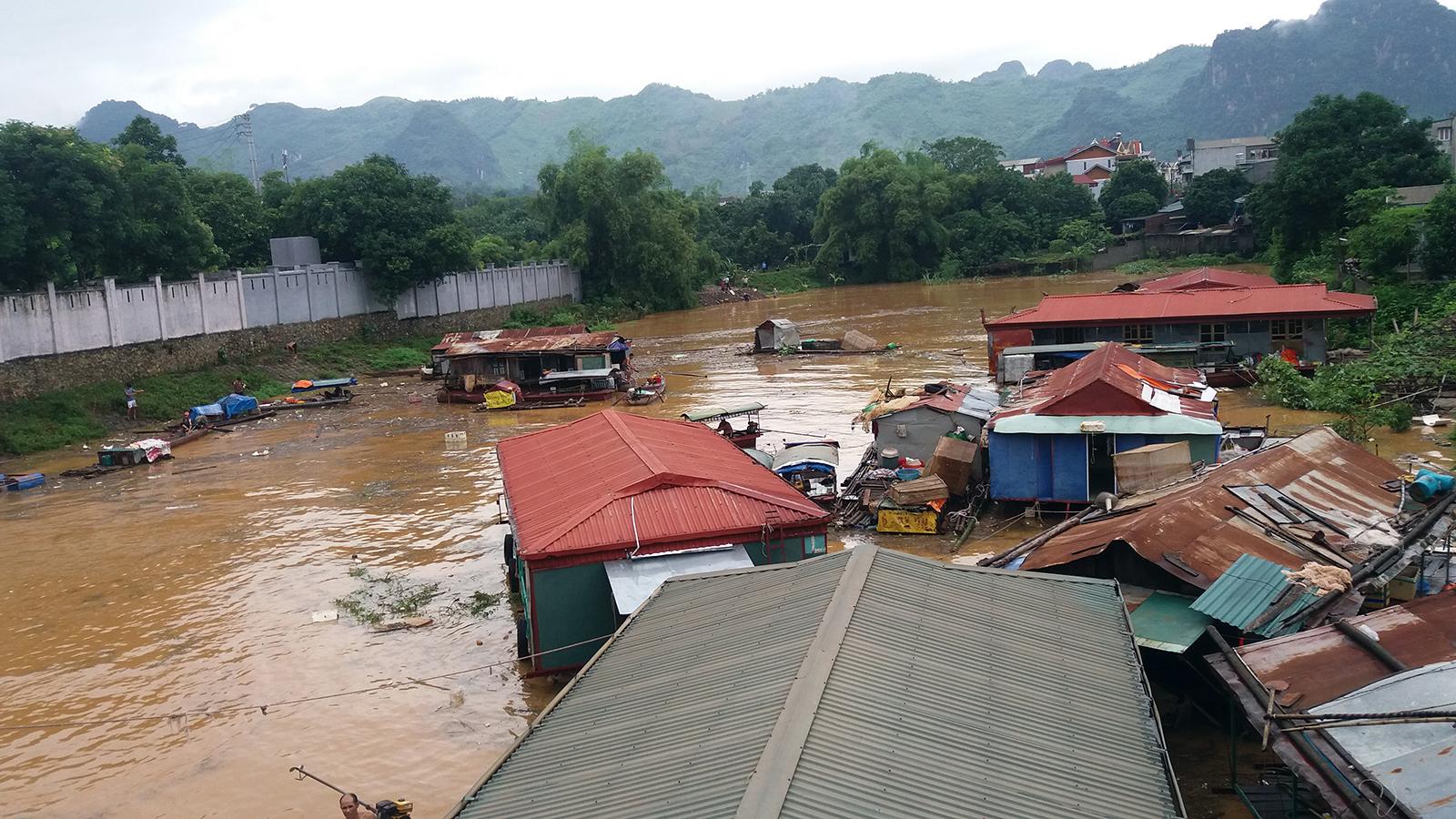 Nhà trôi trên sông trong trận lũ quét ở Yên Bái hồi đầu tháng 8.